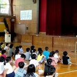 【鈴鹿学】若松小で交通安全啓発グループのポスターによる講話